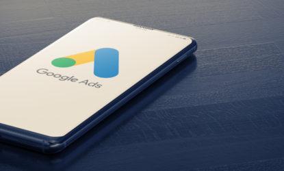Google Ads wird auf einem Handy angezeigt, das auf einem Tisch liegt