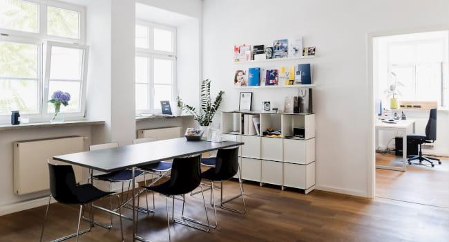 Besprechungsraum mit großem Tisch und Stühlen im Büro von Mediatextur
