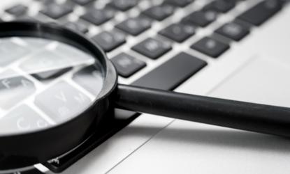 Keyword-Recherche, Suchbegriffe, Lupe auf Laptoptastatur