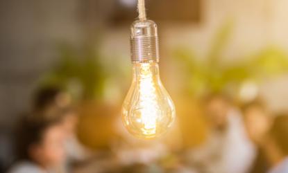 Seo Konzept leuchtende Glühbirne in Besprechungsraum, während Leute miteinander sprechen