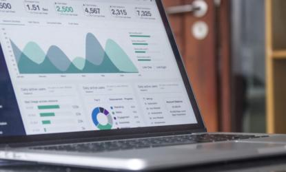 SEO-Monitoring, Laptop, auf dem Analysen und Auswertungen angezeigt werden
